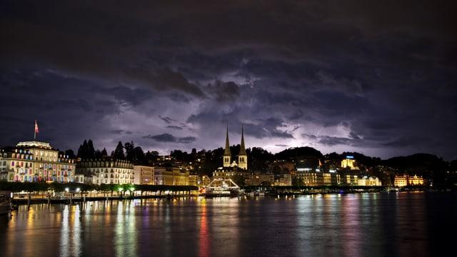 Nächtliches Gewitter über Bern.