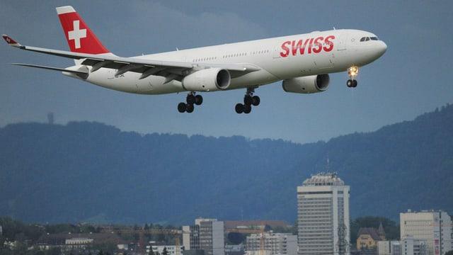 Swiss-Maschine im Anflug über Zürich