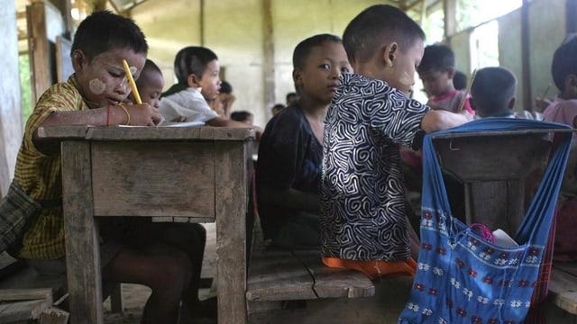 Uffants da Myanmar en ina scola.