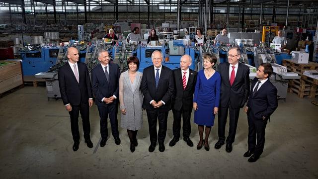 Bundesratsfoto: Schneider-Ammann und Leuthard in der Mitte, die anderen Bundesräte flankieren sie von rechts und links.