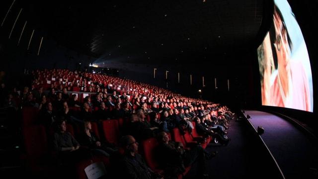 Multiplexkino: Zuschauer schauen auf die Leinwand.