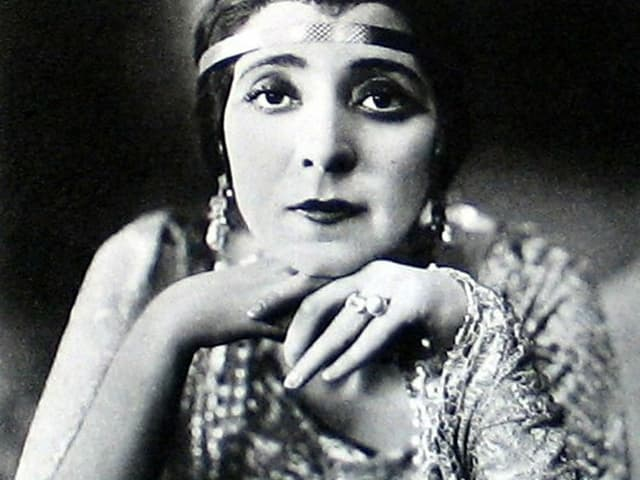 Frau mit Stirnband und angesagtem Pagenschnitt.