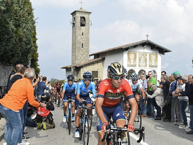 Vincenzo Nibali führt das Feld an der Lombardei-Rundfahrt 2018 an.