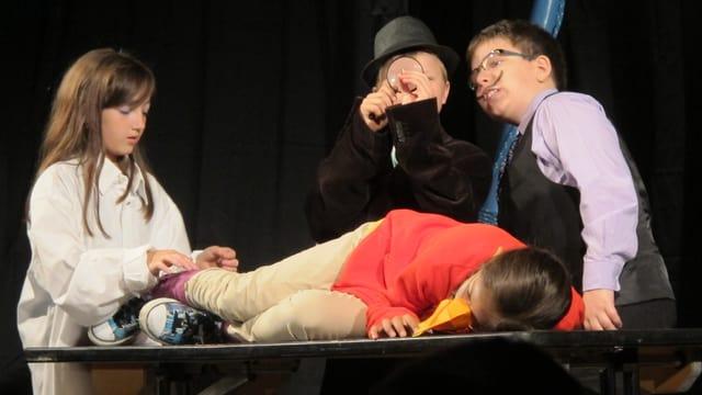 Vier Kinder in verschiedenen Verkleidungen auf der Bühne.
