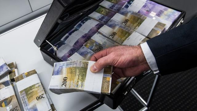 Um che piglia notas da 200 francs ord ina valisch.