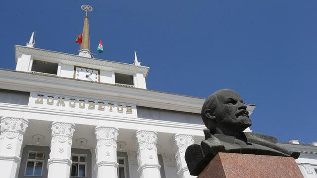 Lenin-Statue vor einem Verwaltungsgebäude der Stadt Tiraspol.