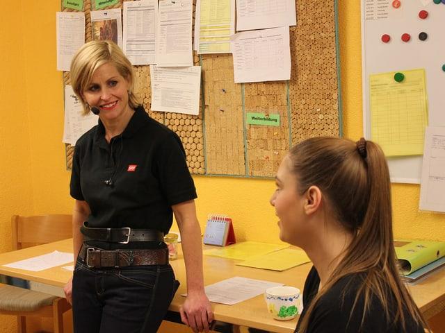 Sabine Dahinden im Büro im Gespräch mit Alexandra von Aarburg.