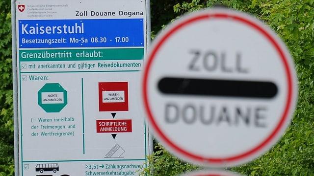 Schilder beim Grenzübergang Kaiserstuhl
