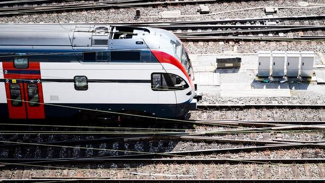 In tren da las Viafiers federalas entra la staziun principala a Berna.
