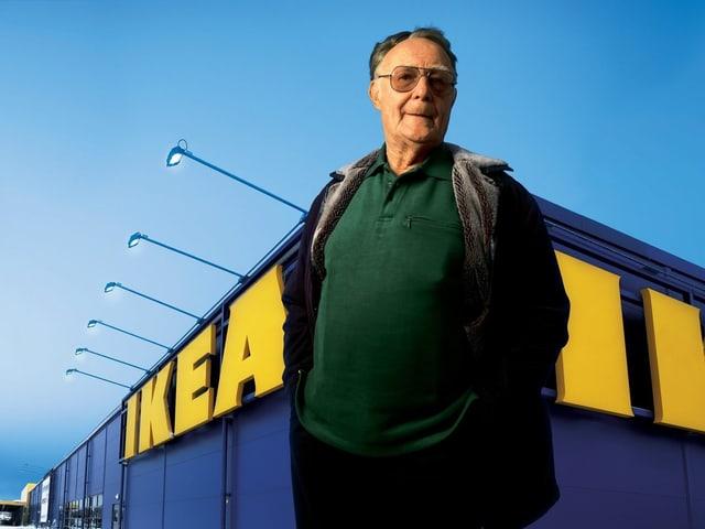 ein Mann steht vor einem IKEA-Einkaufshaus.