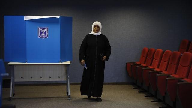 Arabischer Mann in einem Wahllokal.