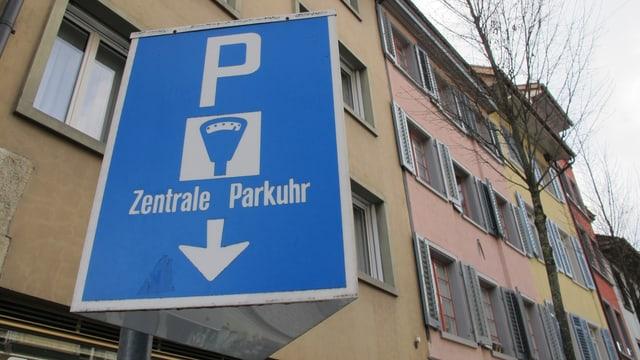 Hinweisschild auf eine Parkuhr in der Schaffhauser Altstadt.