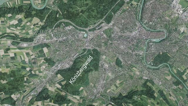 Luftaufnahme der Stadt Bern und des Könizbergwaldes.
