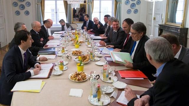 Parteipräsidenten und Fraktionschefs an einem Tisch.