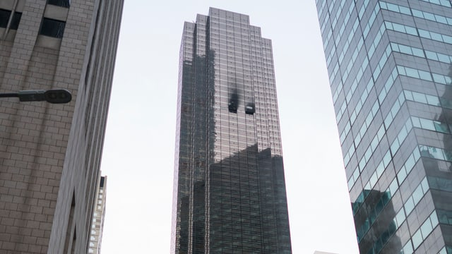 Rauchschwaden an einem Wolkenkratzer