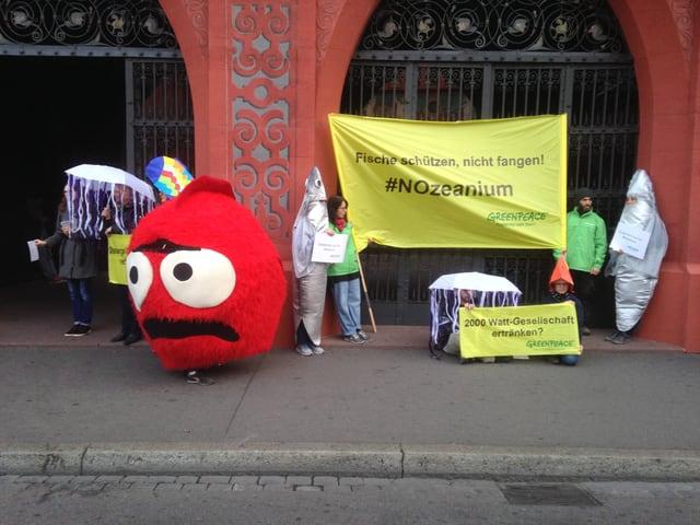 Protest vor dem Rathaus mit einem riesigen roten Plüschfisch und der Aufschrift No-Zeanium.
