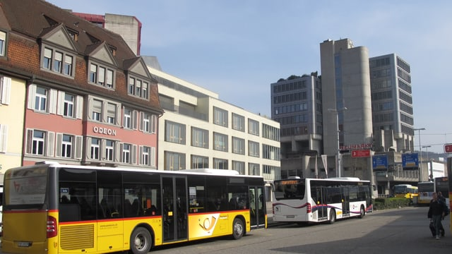 Busparkplatz in Brugg, im Hintergrund Hochhaus