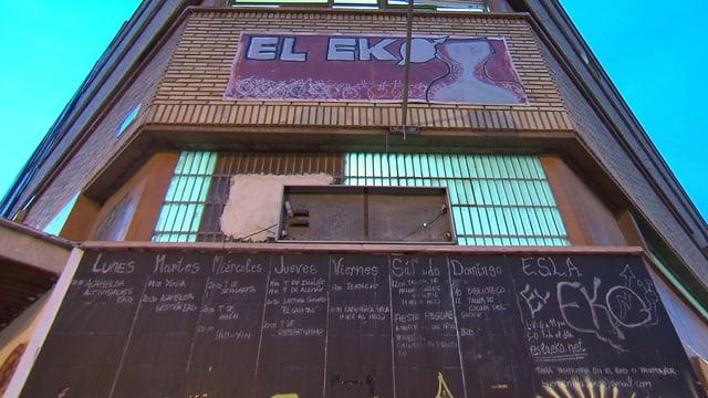 Fassade des alternativen Zentrums «El Eko», auf der ein Banner prangt.
