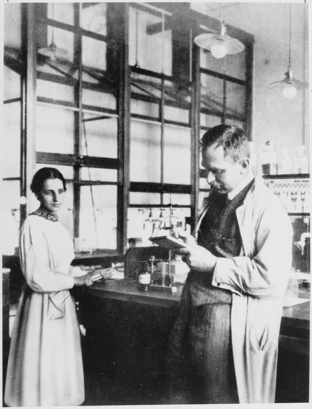 Lise Meitner und Otto Hahn im Chemielabor, 1913