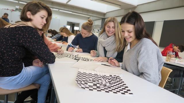 Schülerinnen an einem Tisch