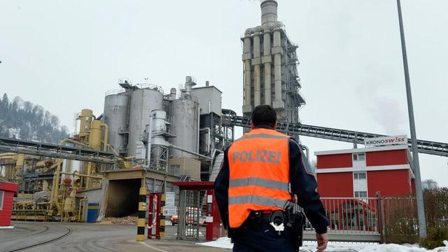 Ein Polizist vor der Firma Kronospan in Menznau.