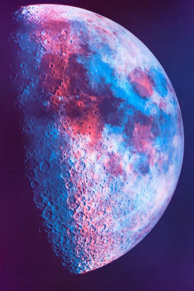Der Mond in Rot- und Blautönen.