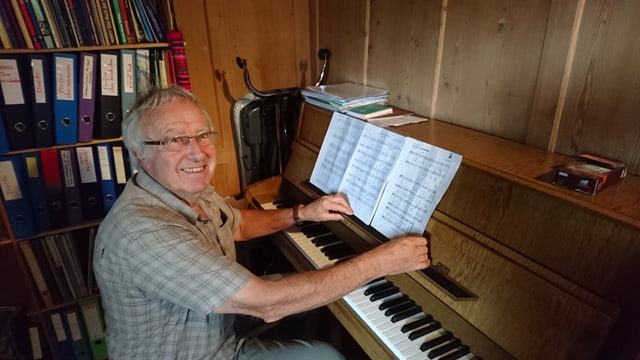 Georg Candrian sa legra sin il concert en la baselgia dal chasti da Interlaken.