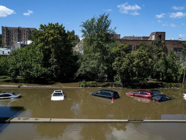 Im New Yorker Stadtbezirk Bronx stehen Autos unter Wasser.