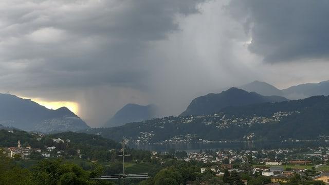 Es regnete Bindfäden in der Region Lugano am Samstagmorgen. Blick auf die Fallstreifen.
