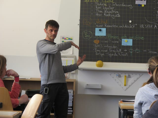Unterrichten in Gebärdensprache und via Mikrophon: Lehrer Alex Labhart.