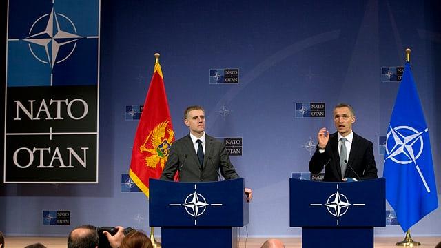 Il secretari general da la Nato, Jens Stoltenberg (dretg) beneventa il Montenegro sco 29avel commember.