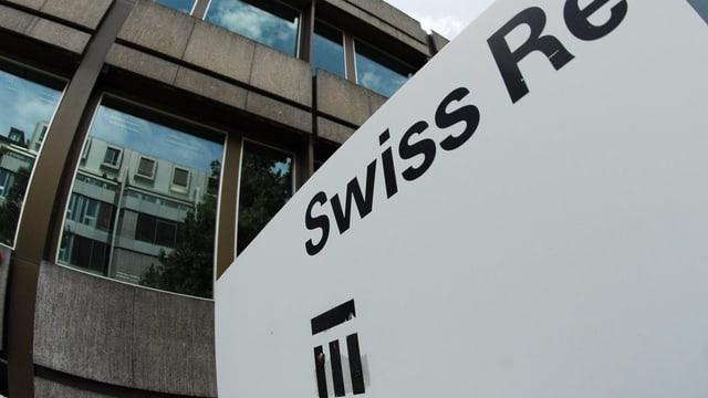 Logo von Swiss Re am Hauptsitz.
