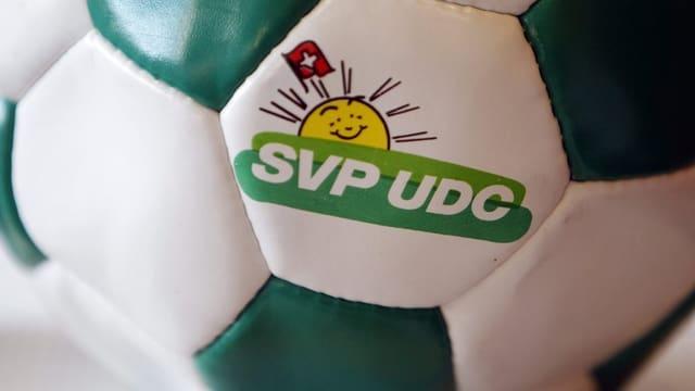 Fussball mit SVP-Logo