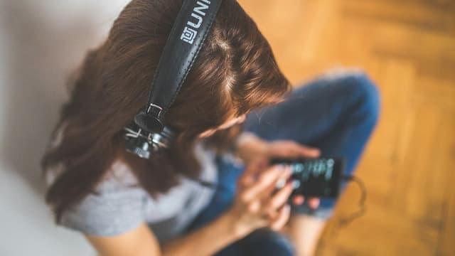 Giuvna che taidla musica.