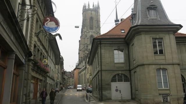 Blick durch zwei Häuserzeilen hindurch auf die Kathedrale.