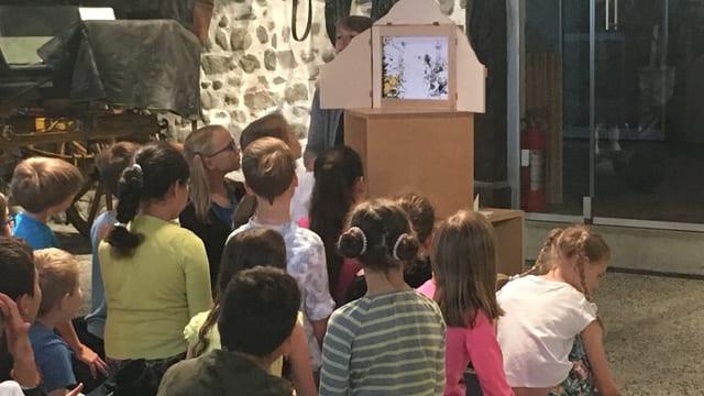 Kinder lauschen im Sitzen einer Geschichte