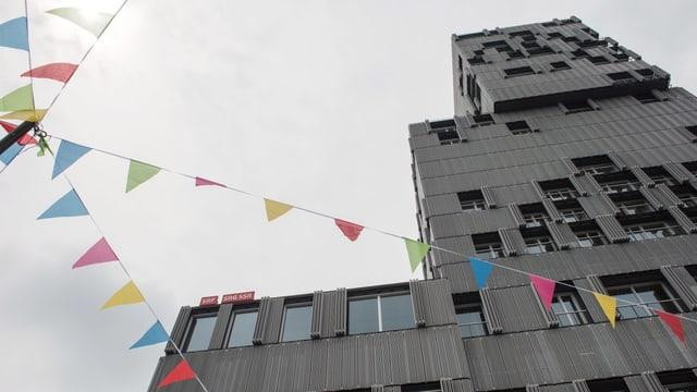 Das Meret Oppenheim Hochhaus als Wächterin über das bunte Treiben auf dem Platz.