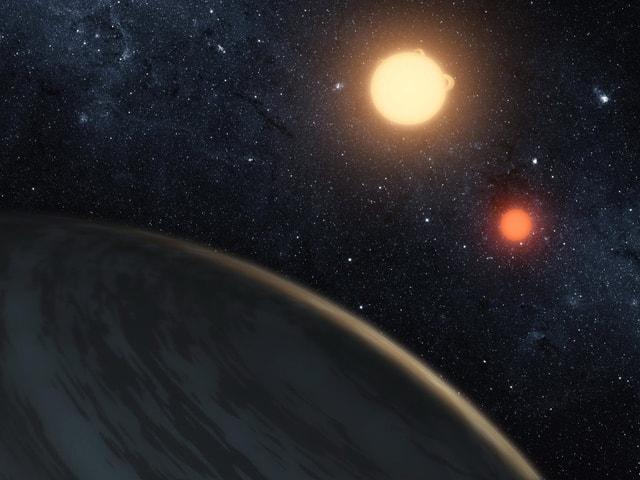 Eine Illustration von einem Planeten im Vordergrund und zwei Sternen im Hintergrund.