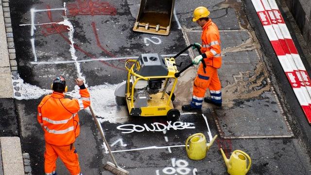 Zwei Arbeiter auf dem Strassenbau.