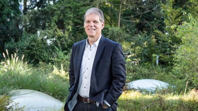 Berufsbildungschef Theo Ninck in einem Garten.