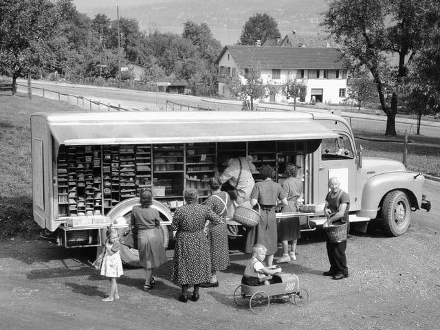 Ein Wagen, der auf einer Seite geöffnet: Es werden Waren zum Kauf angeboten.