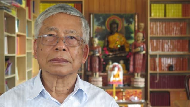 Sinh Tra sitzt in der Bibliothek im Kulturzentrum der Khmer in Kambotscha.