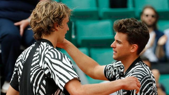 Alexander Zverev (l.) gratuliert Dominic Thiem zum Sieg.