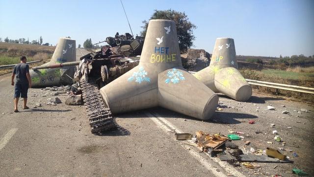 «Kein Krieg» und «Frieden» stehen auf den Panzersperren bei Mariupol.