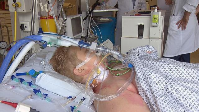 Die Patientin liegt beatmet und verkabelt auf der IPS im Bett.