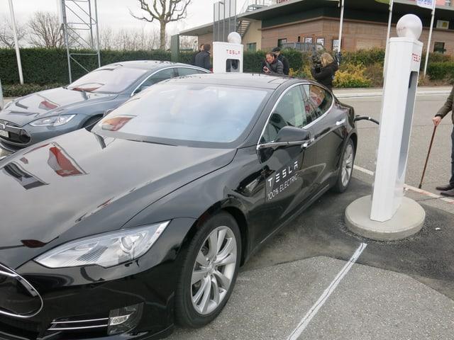 Elektroauto von Tesla an einer Ladestation.