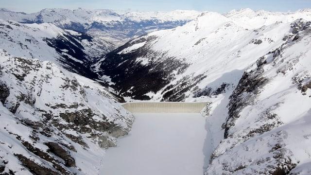 Der Staudamm der Grande Dixence in der verschneiten Winterlandschaft.