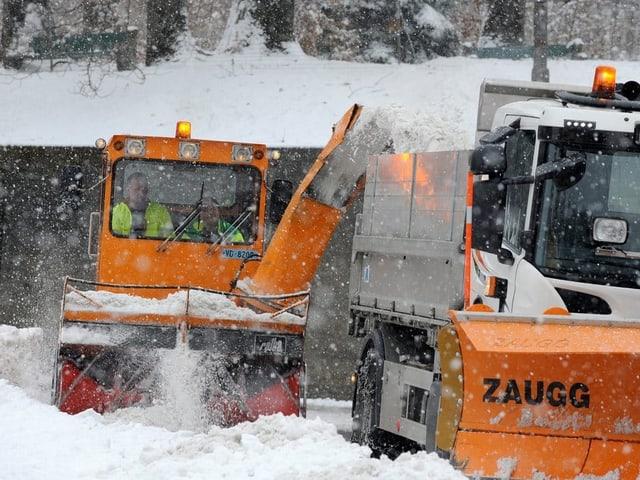 Schneepflug im Schnee in Aktion