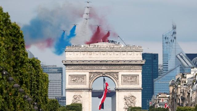 Jets militars sur l'Arc de Triomphe.