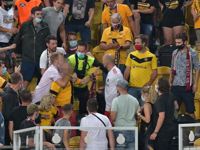 Toni Leistner attackiert auf der Tribüne einen Fan.
